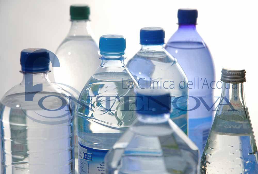 Plastica nell'acqua in bottiglia