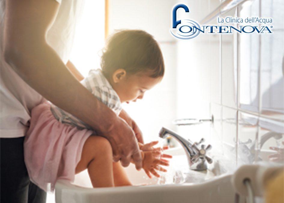 L'immagine ritrae un papà che si appresta a lavare le manine alla bimba con acqua ozonizzata direttamente dal rubinetto di casa, in un modo assolutamente pratico , sicuro e confortevole.
