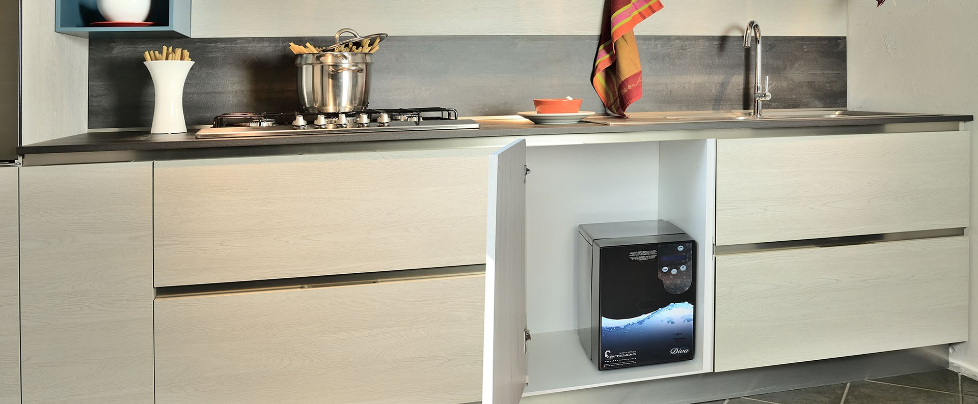 Se si desidera un frigorifero di tipo americano con dispenser automatico di acqua e.